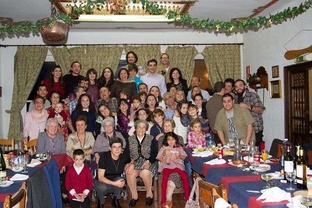 Част от голямата фамилия на Марта в Испания и Юри, който е там за празниците.