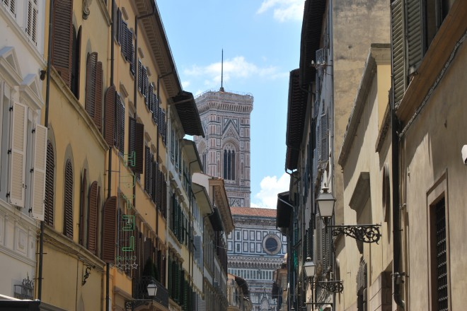 Изглед към централната катедрала във Флоренция с прочутата камбанария, дело на Джото