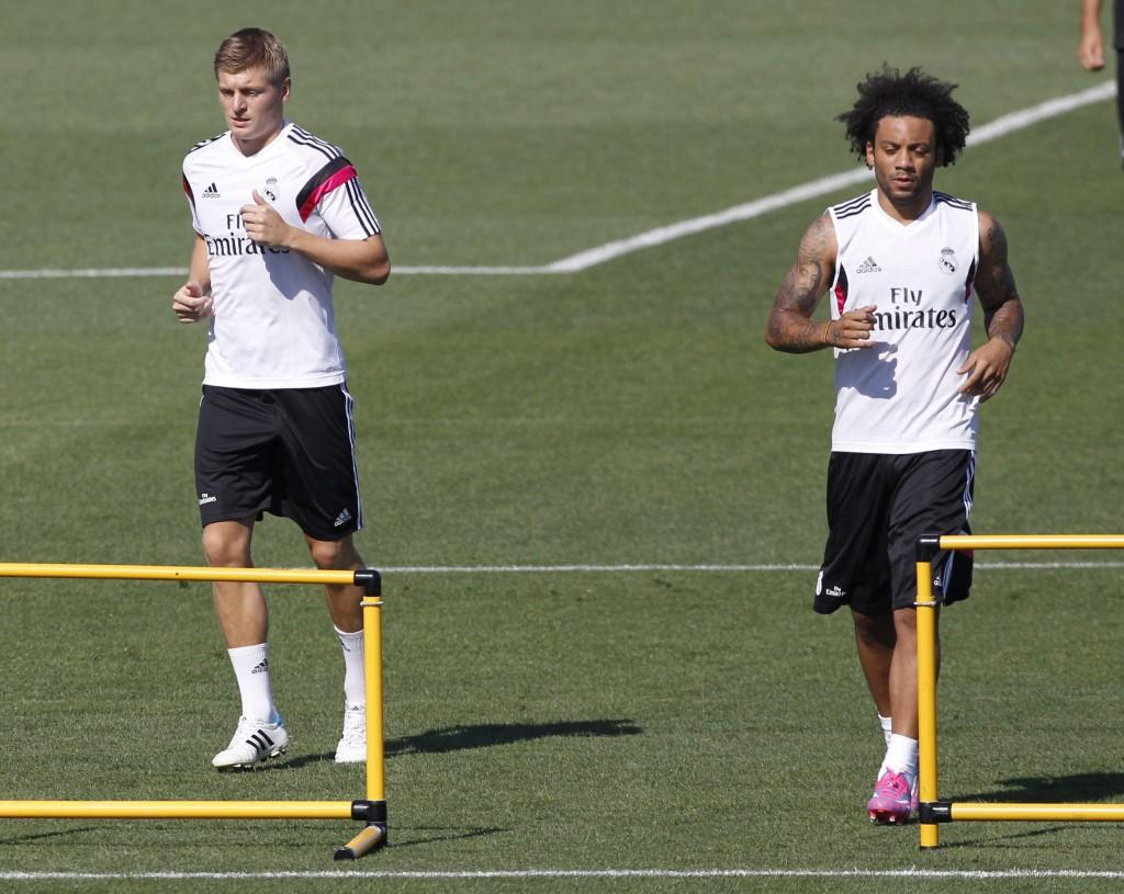 """По прическите ще ги познаете: вдясно е бразилецът Марсело, а вляво """"дисциплинираният"""" германец Тони Кроос по време на тренировка на Реал Мадрид"""