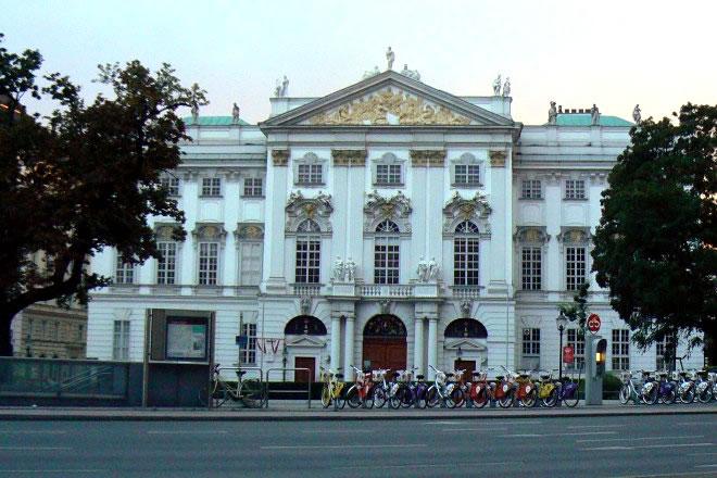 """Театърът """"Хофбург"""" (Виена), част от бившия императорски комплекс със същото име."""