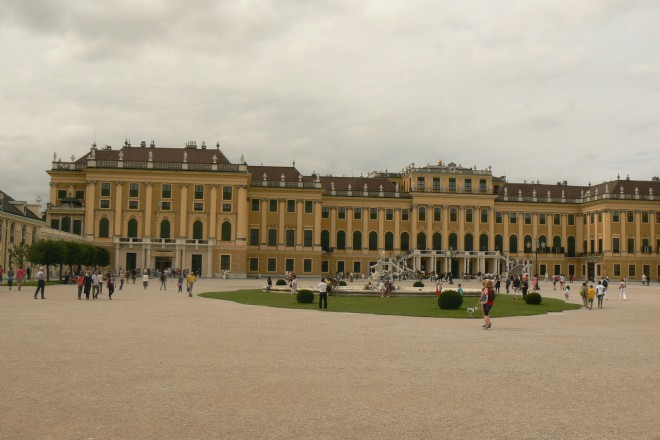 """""""Шьонбрун"""" - лятната резиденция на Хабсбургите в бароков стил (в пр. """"хубав кладенец""""), построен през 1569-та."""