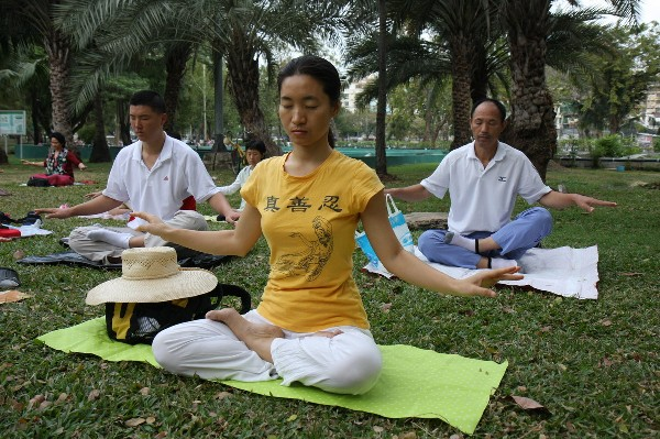 Falun_Dafa_the_fifth_exercise,_meditation7