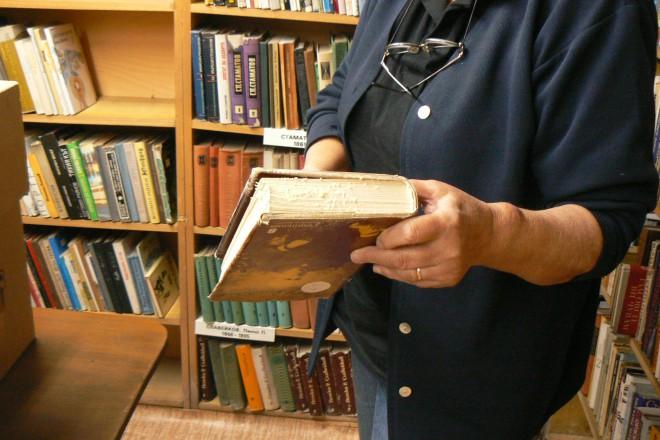 """Част от фонда на читалище """"Г.С. Раковски"""" е поразена от влагата."""