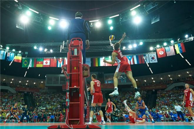 Сергей Савин от Русия с мощно изпълнение, а до него на мрежата се вижда високият 218 см Дмитрий Мусерски