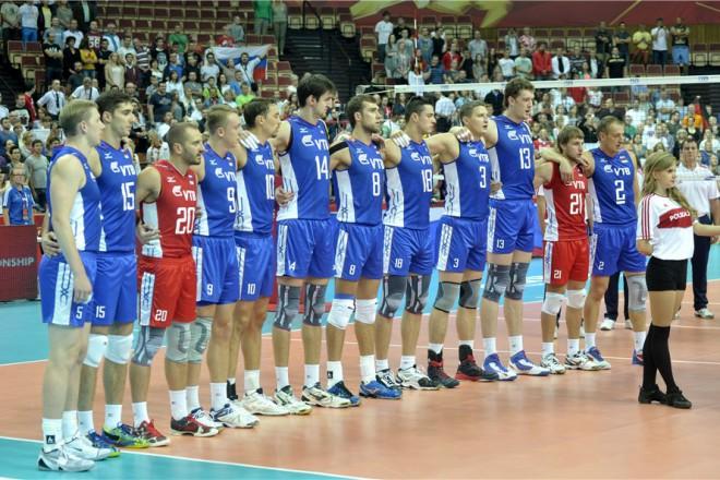 Не, че волейболистите на Русия са ниски, просто Дмитрий Мусерски (с №13) е 218 см