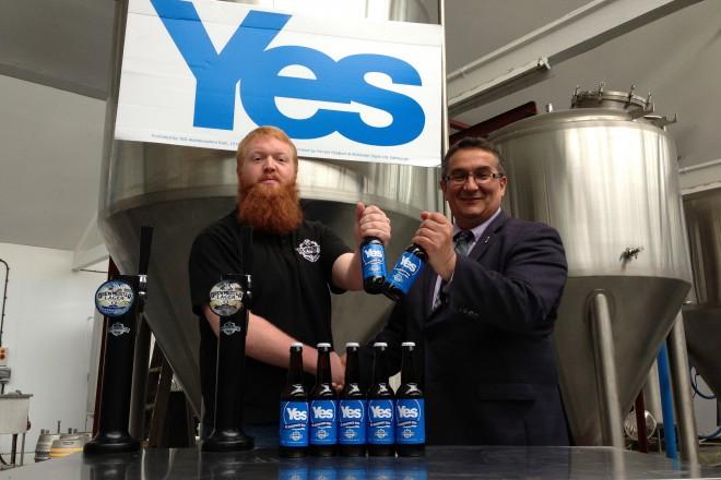 Кристиян Алар, член на Шотландския парламент с Йес и Но бирата на Брюмейстер