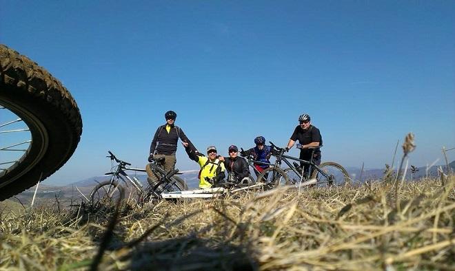 Усмихнати велократи на билото на поредния покорен връх.