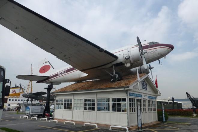 1-i pytnicheski terminal na letishte Ataturk s DC-3 otgore