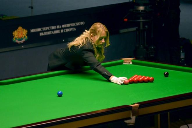 """Съдийката Деси Божилова подрежда топката преди начало на мач в зала """"Универсиада"""""""