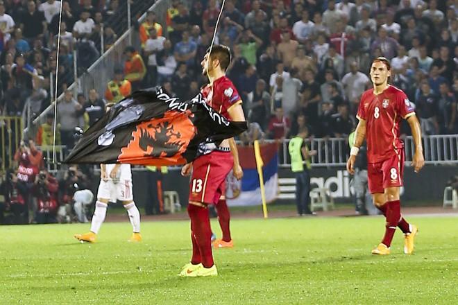 Стефан Митрович сваля албанското знаме .. и след секунди ще бъде нападнат от албанските футболисти