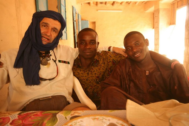 Миро в Тимбукту, Мали, с представители на народностните групи на Догоните (в средата) и Туарегите (вдясно).