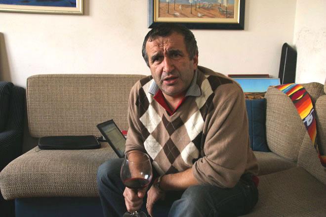 Mиро на дивана в хола си в кв. Лозенец, докато подготвя последните детайли по утрешното отпътуване към Арабско море.