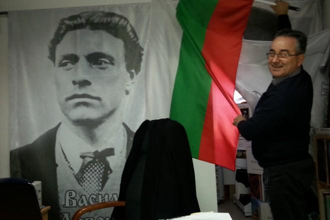 Лазар Младенов развява трикольора в Българския културен клуб - Скопие, намиращ се в Струмица.