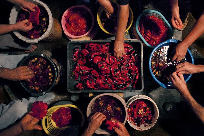 Иво и Франческо не само отразяват, но и участват в процесите по производство на храна в местата, които посещават.