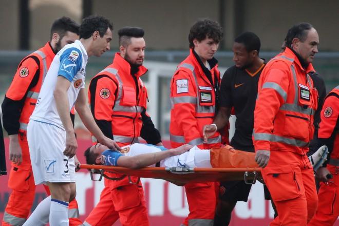 Лекарите извеждат Матиело на носилка.