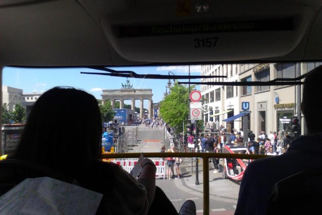 (Почти) невъзможен десен завой - колона спешени туристи срещу колона туристически автобуси
