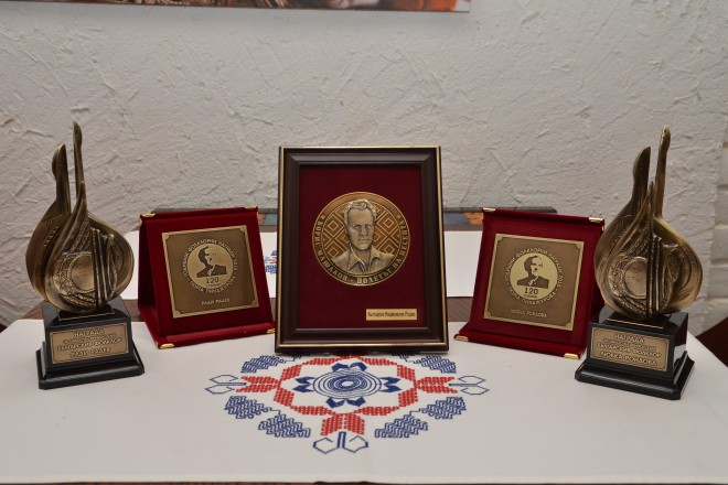 Статуетки и плакети, връчвани на спечелилите конкурса: Източник ГФН