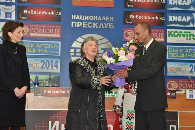 Верка Сидерова получава награда за цялостен принос към българския фолклор за 2014-та година от ГФН.Ицточник:ГФН