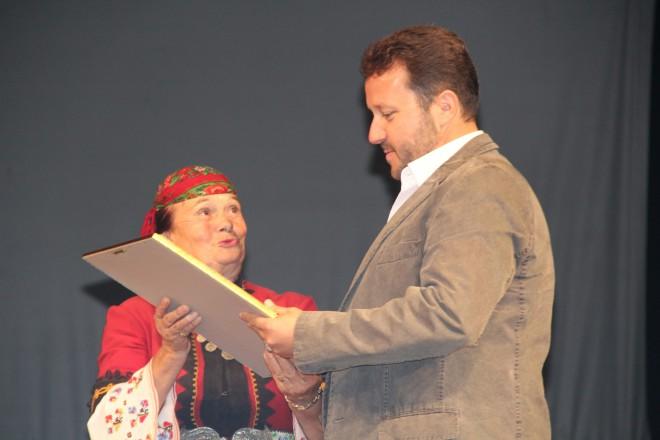 Награждаването на Недялко Недялков за цялостен принос към българския фолклор от ГФН 2014 година. Снимка: ГФН
