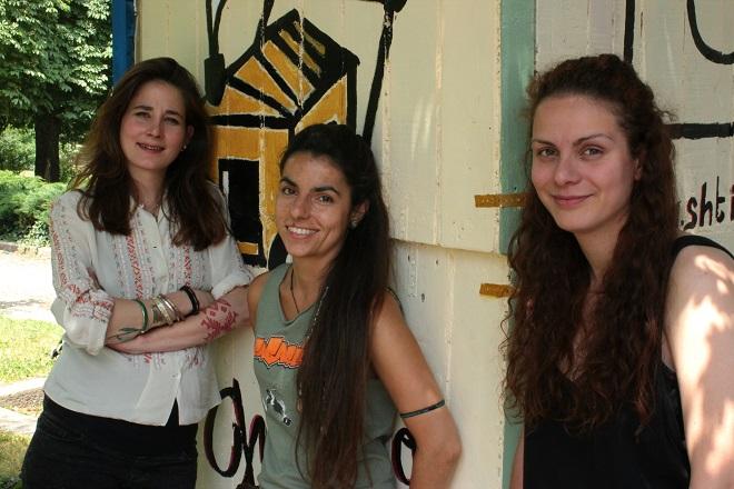 Миа, Йоана и Елеонор пред първата мобилна къщичка (отляво надясно)