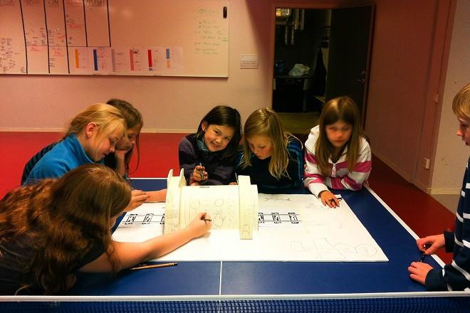 Дечица в шведска детска градина рисуват какво искат да има в новата детска площадка в града.
