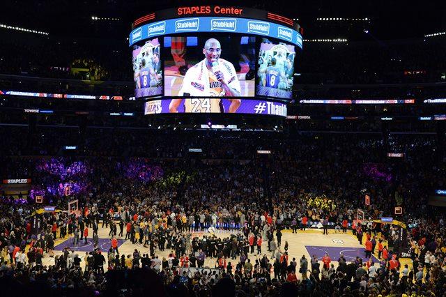 Образът на Кобе на гигантския екран в залата в ЛА - след отказването му, неговото величие се пренася на високо и от високо.