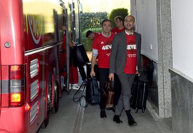 Минорно настроение при завръщането в Мюнхен на новите стари шампиони...