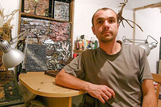 Цветомир Илиев сред своите картини от природни материали.