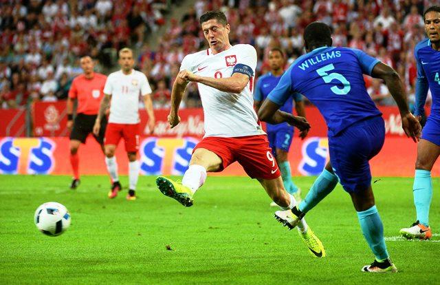 Головата машина на Полша Роберт Левандовски е основната заплаха за световния шампион Германия в група С.