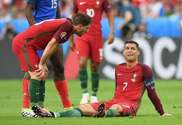 Като истински капитан Кристиано опита всичко, стискаше зъби, но не успя да продължи мача след зверската балтия на Пайе...