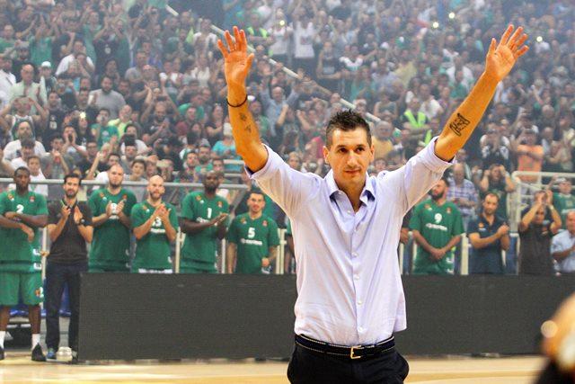 Димитрис Диамантидис поздравява феновете си по време на своя бенефис.