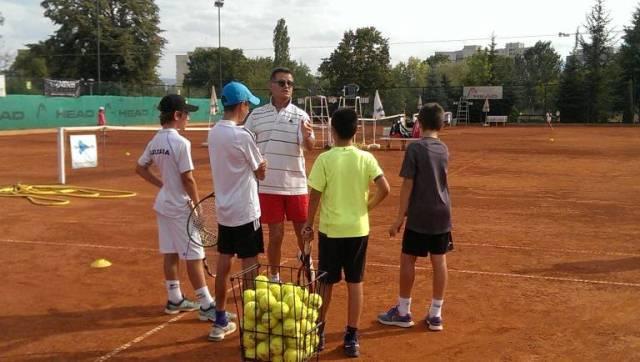 """Божидар Пампулов заедно с тенисисти от столичния клуб """"15-40""""."""