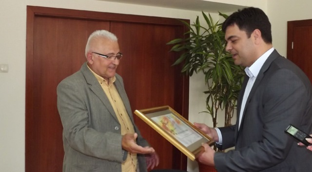 Петър Ташев, който е открил не една и две национални състезателки през години, получава грамотата си за цялостен принос за развитието на волейбола в региона.
