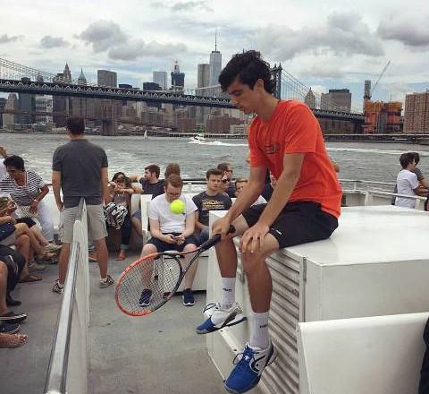 Сръбският майстор показва уменията си навсякъде, дори и на корабче около Манхатън, Ню Йорк.