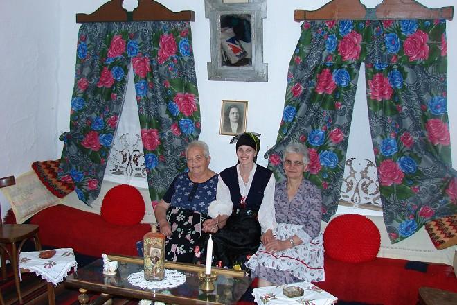 В къщата на Елписа Мончо (вляво), която зашисва български фолклор с албански букви.