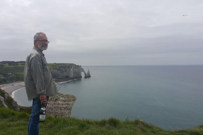 """Етрета - скалата на Арсен Люпен гледана от отсрещния бряг с """"гурмандска"""" сидра за дегустация"""