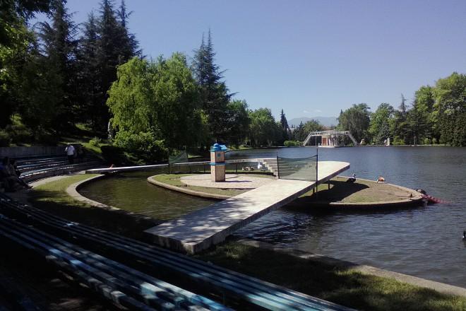 В Сандански патетата и лебедите разполагат с църква. За сметка на водните колела и пивницата...