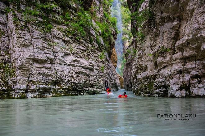 """""""Осъм"""" е най-големият речен каньон в Албания. Намира се в област Берат. (алб. Kanionet e Osumit)."""