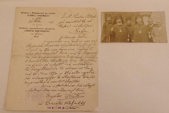 """На снимката вляво: Писмо от албанското просветително дружество """"Георг Кастриоти"""" до Сребрен Поппетров. На снимката вдясно: Екзарх Стефан I (на първи ред, втори отляво-надясно) и патриарх Кирил I (на втори ред, втори отляво-надясно)."""