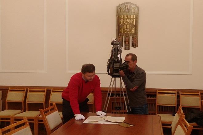 Д-р Руслан Иванов от Исторически Архив при НБКМ и албанският оператор.