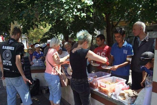 """Акция на """"Храна, не война"""" за споделяне на вегетарианска и веган храна с хора в неравностойно положение."""