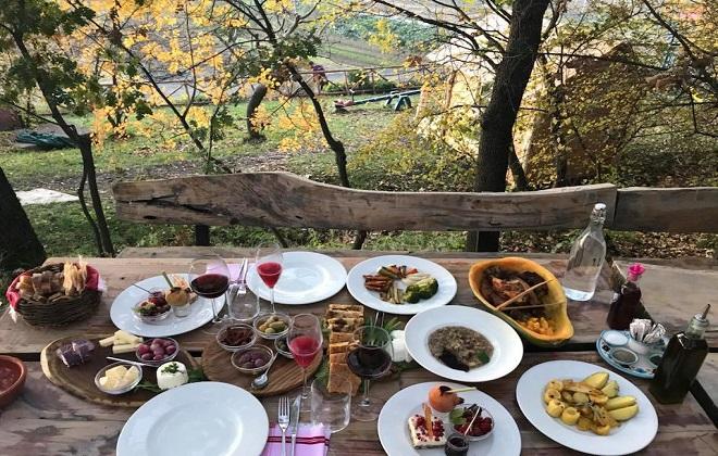 """Албанският ресторант """"Мризи и занаве""""."""