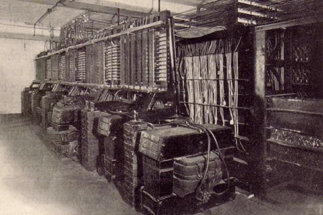 Трансформаторите, превръщащи тоновете в ток. Пред вид загубите по мрежата и липсата на усилватели мощността им е била такава, че за 10000 абонати е била нужна цяла електроцентрала.
