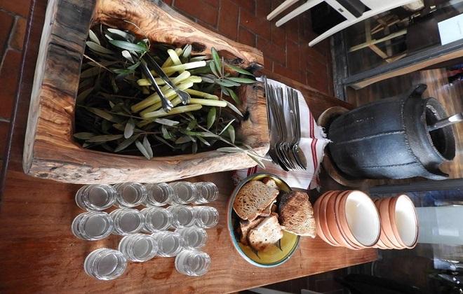 Към фасула се добавят парченца масло, аранжирани върху маслинови клонки. А бурканчетата се пълнят със зелев сок.
