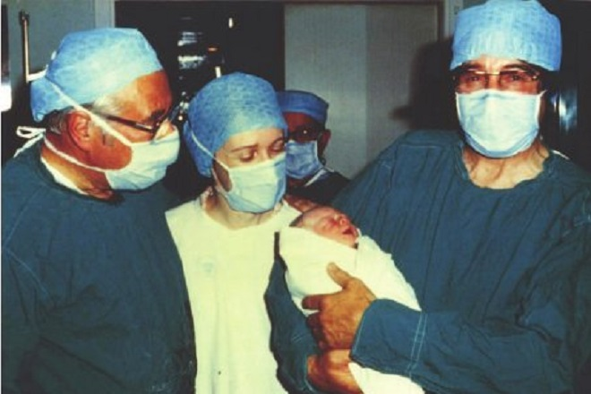 Луиз Бран часове след раждането с Джийн Пърби и д-р  Робът Едуартс Снимка:  Twitter