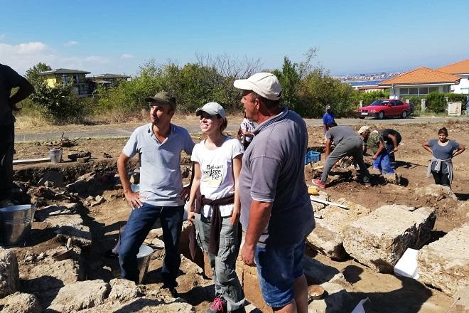 Алекс, Теди и Митко - директорът на Созополския археологически музей
