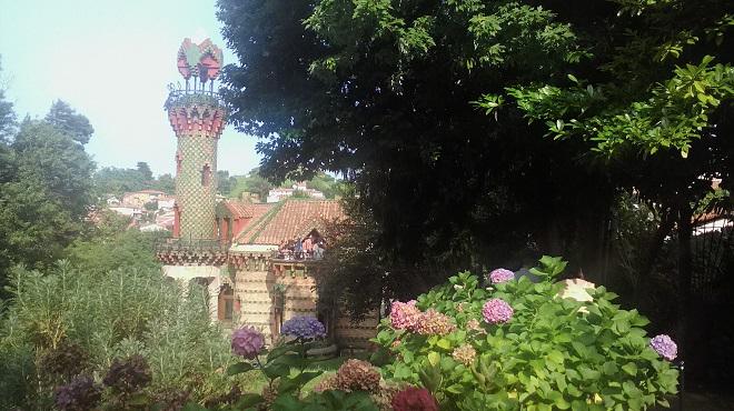 Капричиото погледнато през хортензиите в горната част на градината